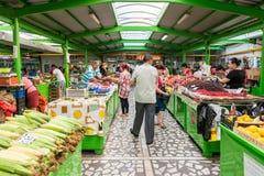 Mensen die voor Vruchten en Groenten winkelen stock foto's