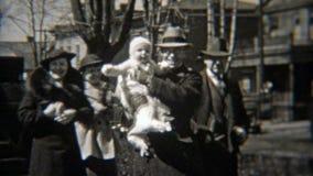 1937: Mensen die voorbij oud telegram lopen die de stad in bouwen stock videobeelden