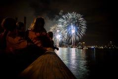 Mensen die vuurwerk getuigen Stock Foto