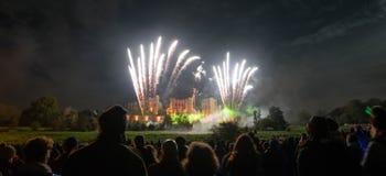 Mensen die Vuurwerk op vertoning letten bij vuur vierde van November-viering, Kenilworth-Kasteel, het Verenigd Koninkrijk Stock Foto's