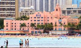 Mensen die Waikiki-van strand buiten het Koninklijke Hawaiiaanse Centrum genieten, Waikiki-Baai Stock Foto's