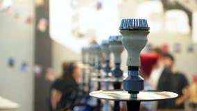 Mensen die waterpijp kiezen Rooktabak bij tentoonstelling Shishakom stock video
