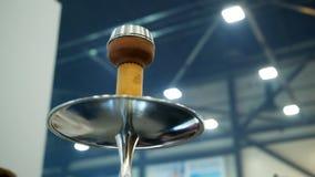 Mensen die waterpijp kiezen Rooktabak bij tentoonstelling Shishakom stock videobeelden