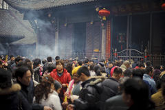 Mensen die wierook in tempel branden Stock Fotografie