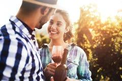 Mensen die wijn in wijngaard proeven stock afbeeldingen