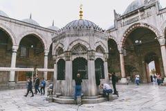 mensen die wijwater van kranen dichtbij suleymaniye moskee drinken Royalty-vrije Stock Afbeeldingen