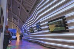 Mensen die Witrussisch paviljoen bezoeken in Expo 2105 in Milaan, Italië stock afbeeldingen