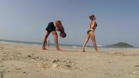 Mensen die yoga uitoefenen stock videobeelden