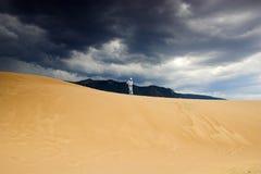 Mensen die in zandduinen lopen Stock Afbeelding
