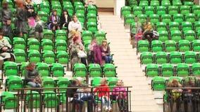 Mensen die Zetels vullen bij Circus stock videobeelden