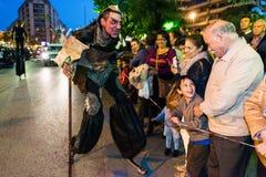Mensen die zich als demonen vermommen die mensen ter gelegenheid van het feest van St George bang maken royalty-vrije stock foto's