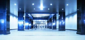 Mensen die zich in een ondergrondse passage bewegen. Het blauw van de tint Royalty-vrije Stock Afbeelding