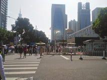 Mensen die zich in een rij in buiten het Consulaat-generaal van Verenigde Staten in Guangzhou bevinden, stock afbeeldingen
