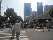 Mensen die zich in een rij in buiten het Consulaat-generaal van Verenigde Staten in Guangzhou bevinden, royalty-vrije stock foto