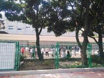 Mensen die zich in een rij in de binnenkant van het Consulaat-generaal van Verenigde Staten in Guangzhou bevinden, stock foto's