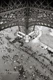 Mensen die zich in lijn onder de Toren van Eiffel in Parijs bevinden stock foto