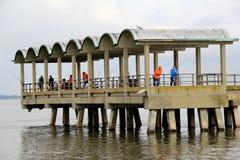 Mensen die zich op de visserijpijler bevinden, die op de grote vangst, Jekyll-Eiland, 2015 wachten Stock Foto