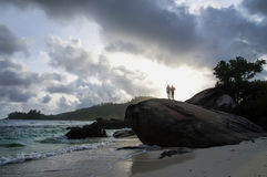 Mensen die zich op een reusachtige granietkei bevinden, Mahe-eiland, Seychellen Royalty-vrije Stock Foto