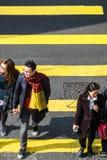 Mensen die zich op gestreept zebrapad in Hong Kong bewegen stock fotografie