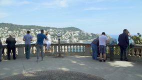 Mensen die zich op observatiedek bevinden die grote mening van de infrastructuur van Nice bewonderen stock footage