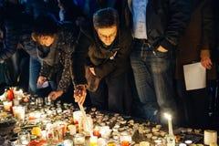 Mensen die zich in solidariteit met slachtoffers van de aanvallen van Parijs verzamelen Stock Afbeelding