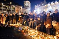 Mensen die zich in solidariteit met slachtoffers van de aanvallen van Parijs verzamelen Stock Foto's