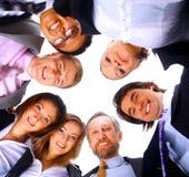Mensen die zich in wirwar, het glimlachen, lage hoekmening bevinden royalty-vrije stock foto's