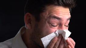 Mensen die zijn neus blazen? griep allergie De zieke geïsoleerde kerel heeft lopende neus de mens maakt een behandeling voor de v stock footage