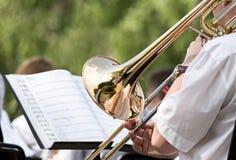 Mensen die zijn trombone spelen royalty-vrije stock afbeeldingen
