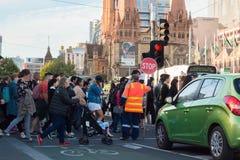Mensen die Zuidelijke Dwarspost Melbourne kruisen royalty-vrije stock foto's