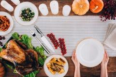 Mensen dienende lijst voor thanksgiving day Stock Afbeelding