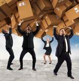 Mensen door een stapel kartondozen die worden begraven Concept Internet-het winkelen verslaving royalty-vrije stock foto