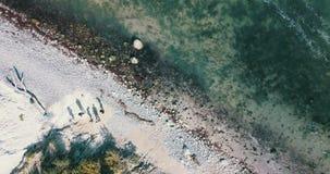 Mensen door kust van hierboven stock footage