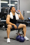 Mensen Drinkwater na Oefening stock afbeeldingen