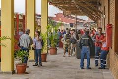 Mensen in Duran Train Station, Ecuador Stock Afbeeldingen