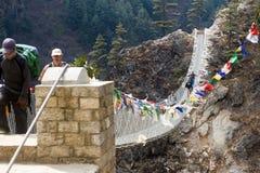 Mensen dwars Lange Brug tussen bergen Stock Foto's