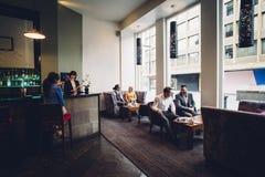 Mensen in een Bar royalty-vrije stock afbeeldingen