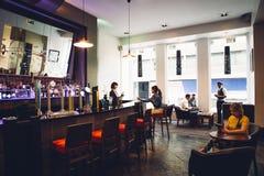 Mensen in een Bar stock afbeeldingen