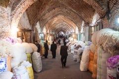 Mensen in een bazaar stock afbeeldingen