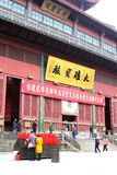 Mensen in een binnenplaats van de Boeddhistische Lingyin-tempel, Hangzhou, China Royalty-vrije Stock Foto