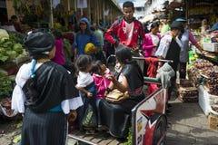 Mensen in een markt de stad van Otavalo in Ecuador Royalty-vrije Stock Fotografie
