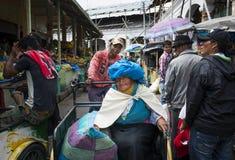 Mensen in een markt in de stad van Otavalo in Ecuador Stock Fotografie