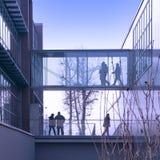 Mensen in een modern gebouw Stock Afbeeldingen