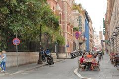 Mensen in een openluchtkoffie in Rome, Italië Royalty-vrije Stock Afbeelding