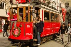 Mensen in een oude tram in Ä°stanbul Stock Foto's