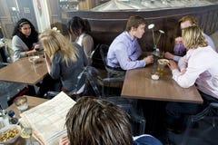 Mensen in een restaurant Stock Afbeelding