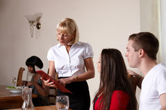 Mensen in een restaurant Royalty-vrije Stock Afbeelding