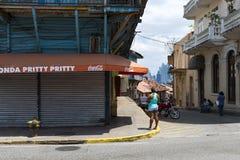 Mensen in een straat in Casco Viejo, in de Stad van Panama, Panama Stock Fotografie