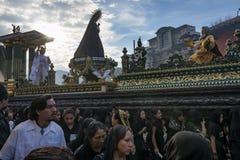 Mensen in een straat van de oude stad van Antigua tijdens een optocht van de Heilige Week, in Antigua Stock Foto's
