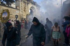 Mensen in een straat van de oude stad van Antigua tijdens een optocht van de Heilige Week, in Antigua Royalty-vrije Stock Fotografie